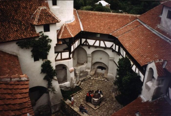 Bran_castle_yard