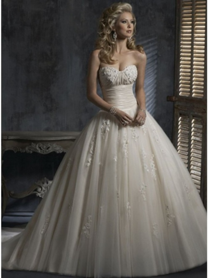 Hot Selling A Line Sweetheart Chapel Train Organza Wedding Dress