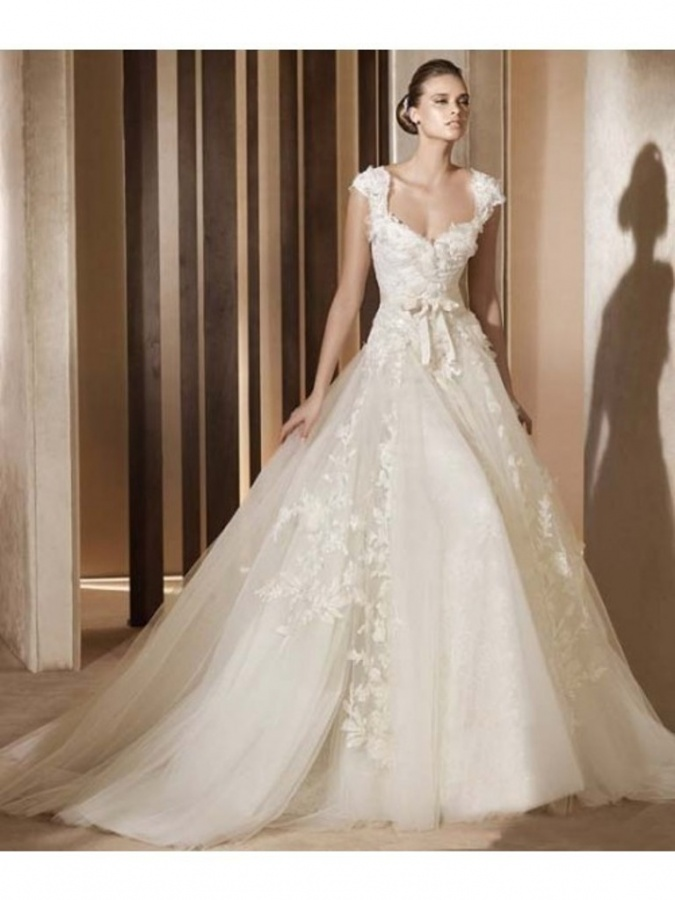 Romantic Ball Gown V-neck Tulle Lace Applique Wedding Dress