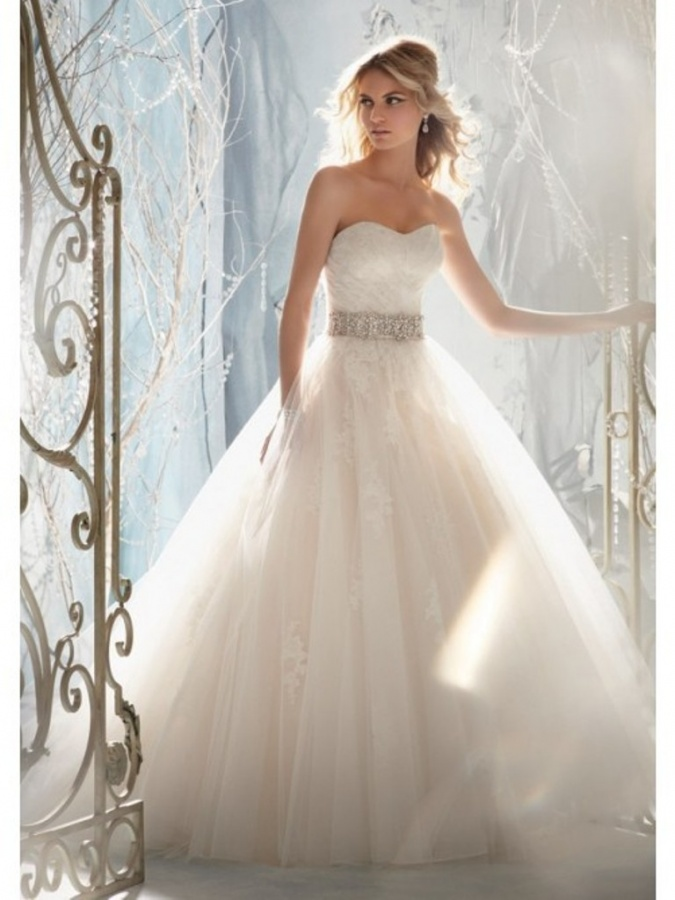 Sweetheart Sleeveless Strapless Tulle Beaded Lace Appliques Wedding Dresses