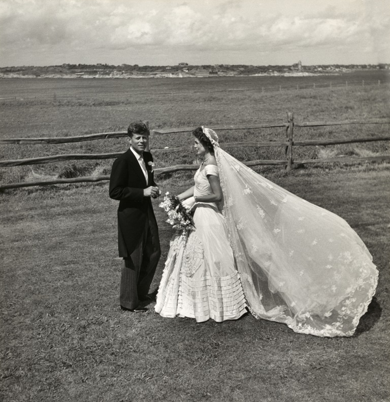 Toni_Frissell,_John_F._Kennedy_and_Jacqueline_Bouvier_on_their_wedding_day,_1953