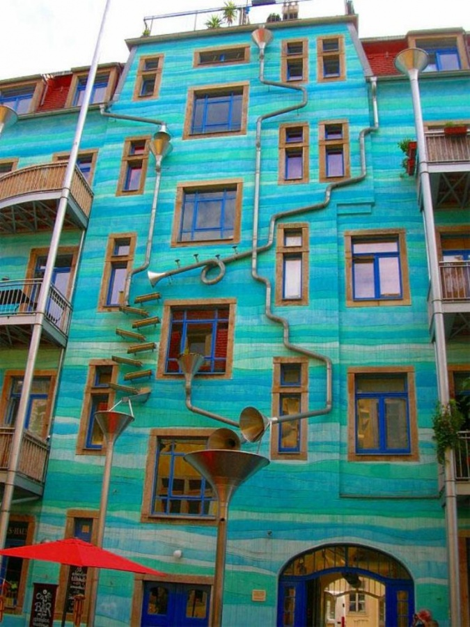 A wall that makes beautiful sounds when it rains