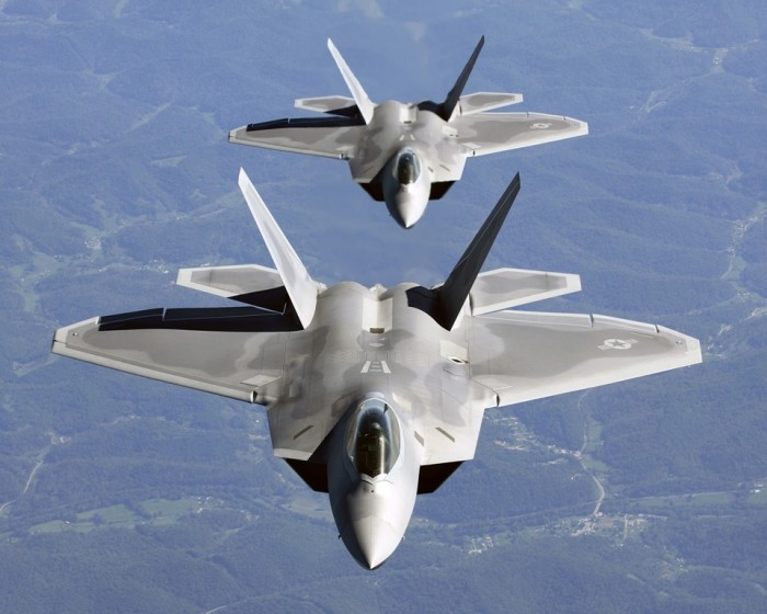 Two_F-22A_Raptor_in_column_flight_-_(Noise_reduced)