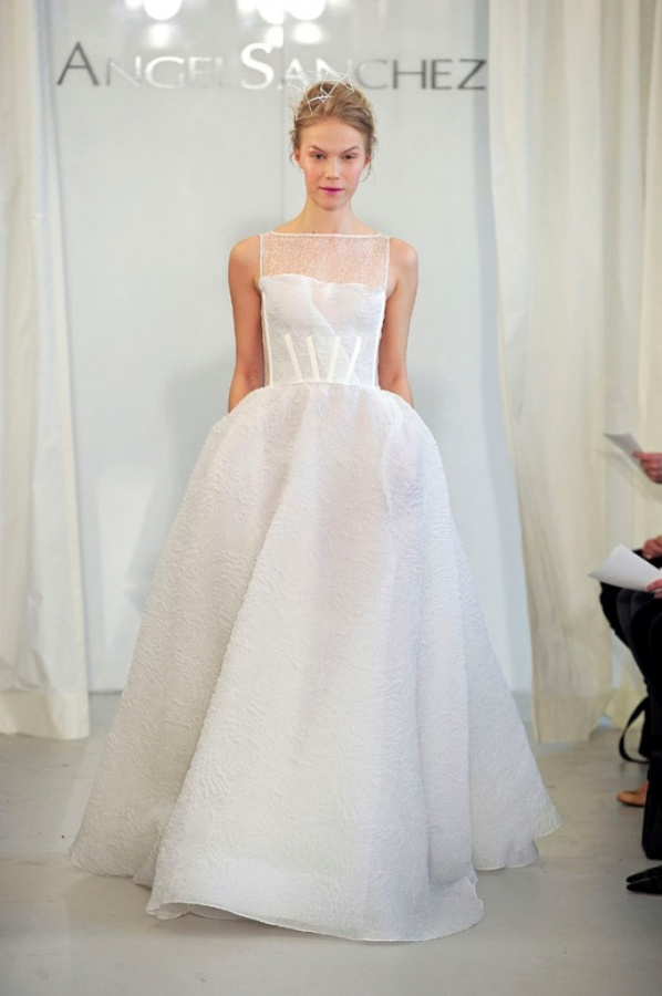Top 10 wedding dress designers topteny 2015 for Top 10 wedding dress designers