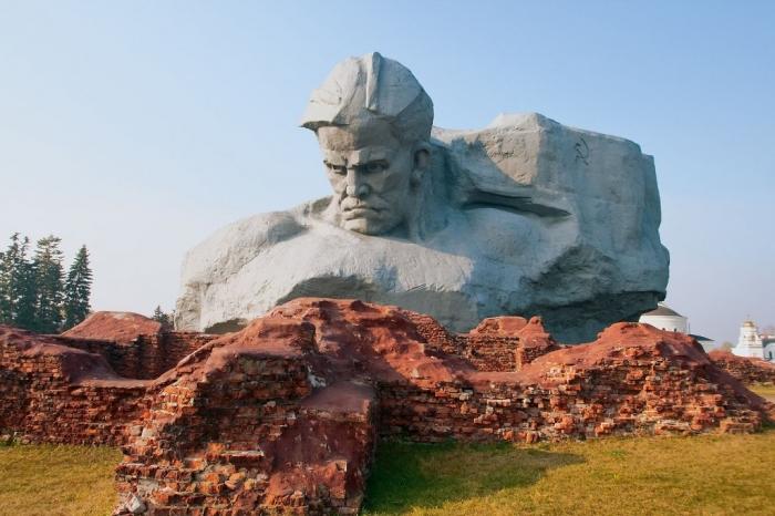 Belarus monument-to-the-warrior-on-the-battle-flag-background-in-brest-belarus-1600x1066