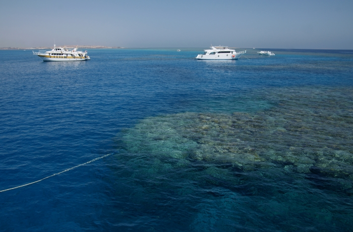 Boats_in_the_corals_of_Red_Sea_2