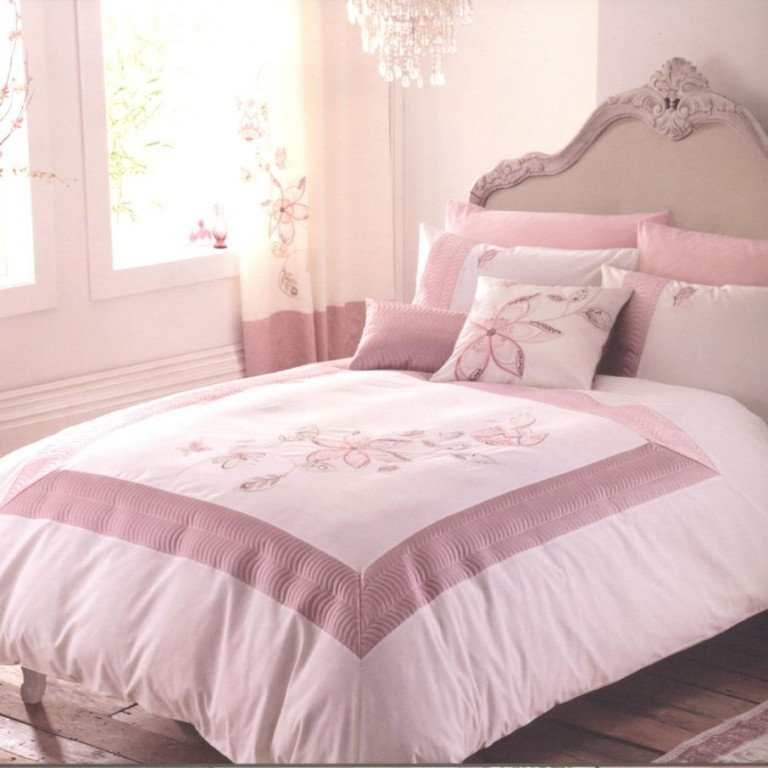Glossy-Crystal-Chandelier-Pink-Queen-Duvet-Cover-on-Modern-Bed-Rustic-Wood-Floor-Precious-Floral-Print-Curtain-906x906