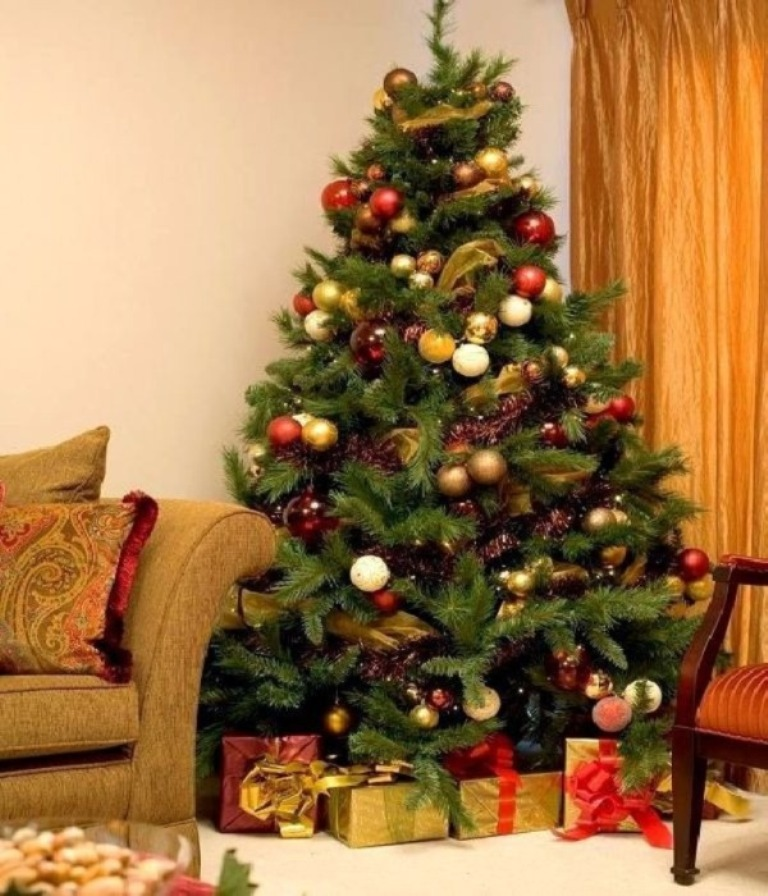 decorating-christmas-tree-burlap__