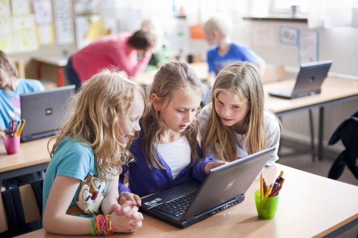 granefelt-girls+with+a+computer+-916