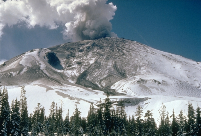 MSH80_early_eruption_st_helens_from_NE_04-10-80