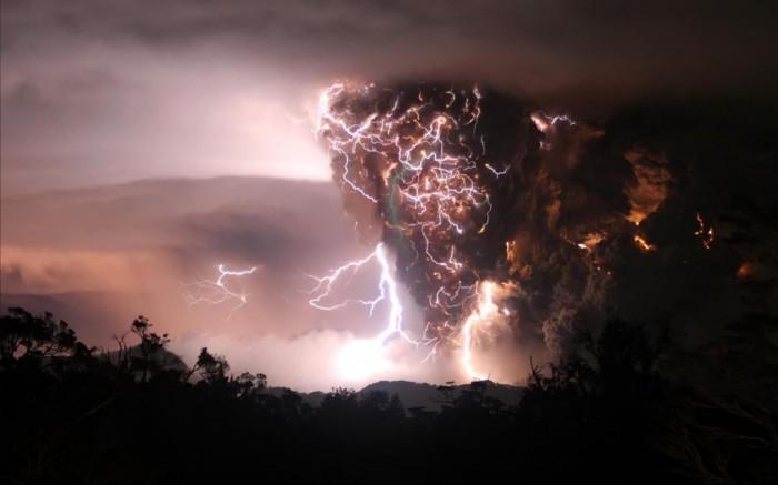 Wallpaper_Volcano_Lightning