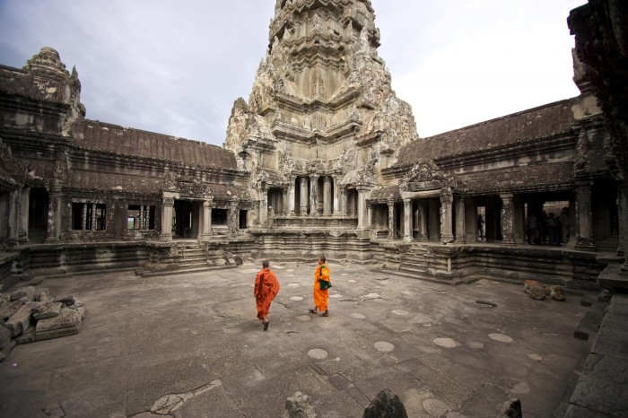 32_1angkor_wat_monks