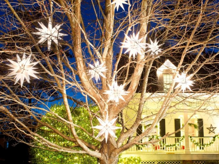 BPF_holiday-house_exterior_nighttime_curb_appeal_graphic_shape_h.jpg.rend.hgtvcom.1280.960