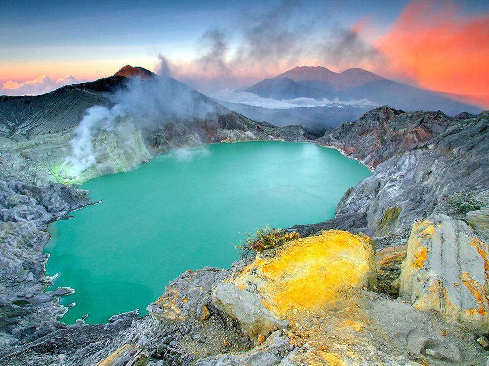 ijen-crater-sulfur-lake_86230_990x742