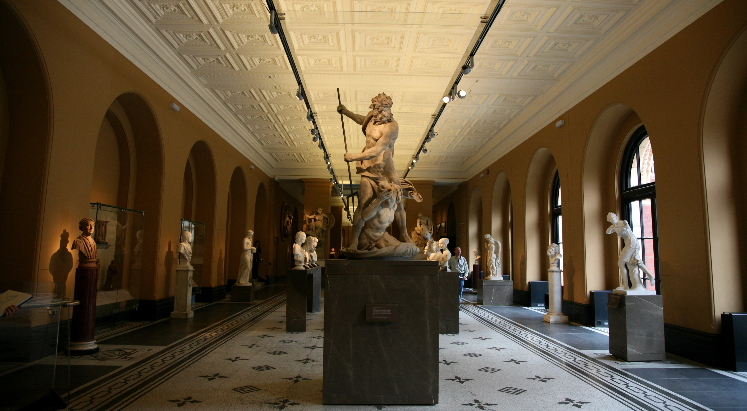 London-Victoria_and_Albert_Museum-Sculpture_exhibition_room-01