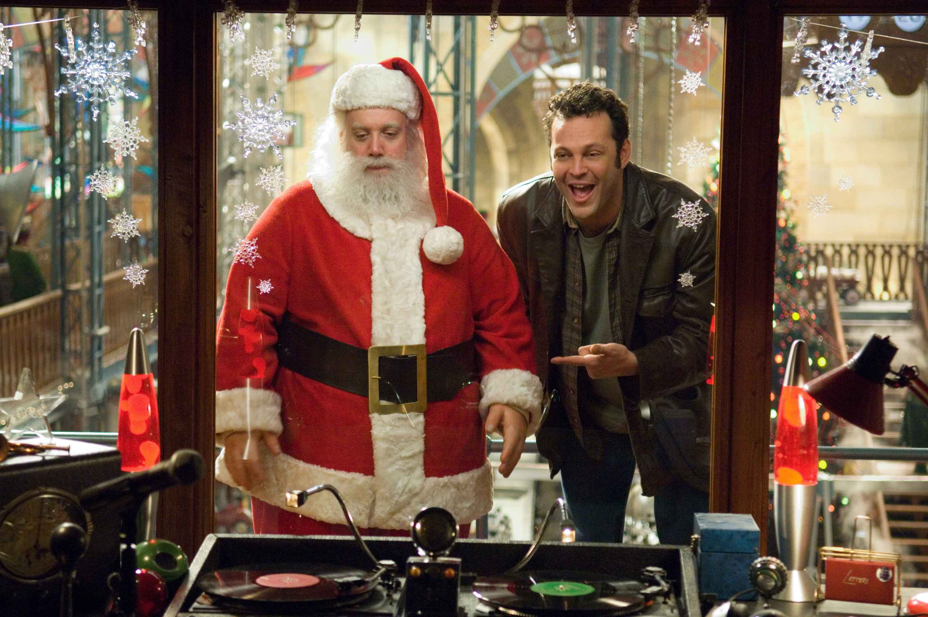 PAUL GIAMATTI stars as Nick ÒSantaÓ Claus and VINCE VAUGHN stars as Fred Claus in Warner Bros. PicturesÕ holiday comedy ÒFred Claus,Ó distributed by Warner Bros. Pictures. PHOTOGRAPHS TO BE USED SOLELY FOR ADVERTISING, PROMOTION, PUBLICITY OR REVIEWS OF THIS SPECIFIC MOTION PICTURE AND TO REMAIN THE PROPERTY OF THE STUDIO. NOT FOR SALE OR REDISTRIBUTION.