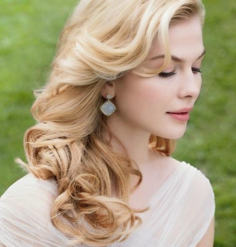 Прическа на средние волосы под открытое платье
