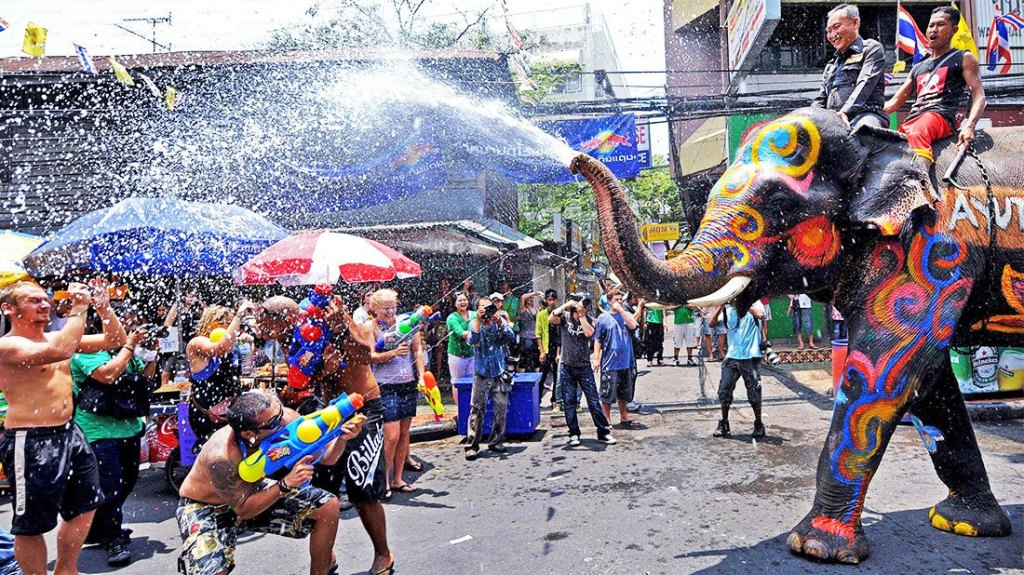 throwing water at others in Thailand (2)