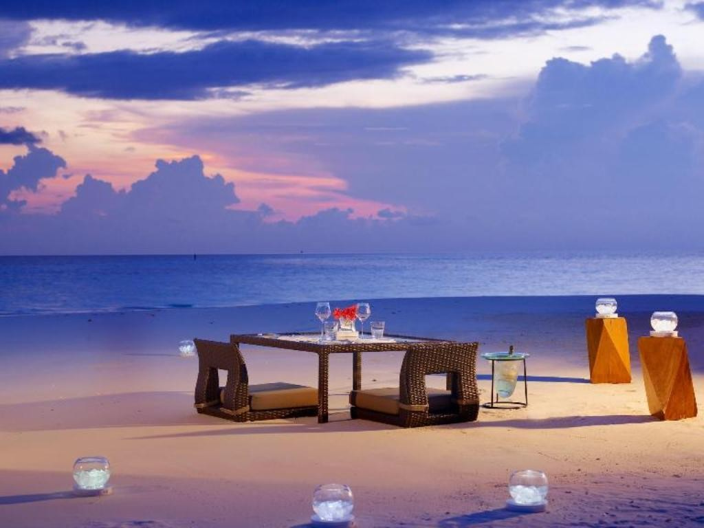 Go for a candle light dinner at a romantic place (1)
