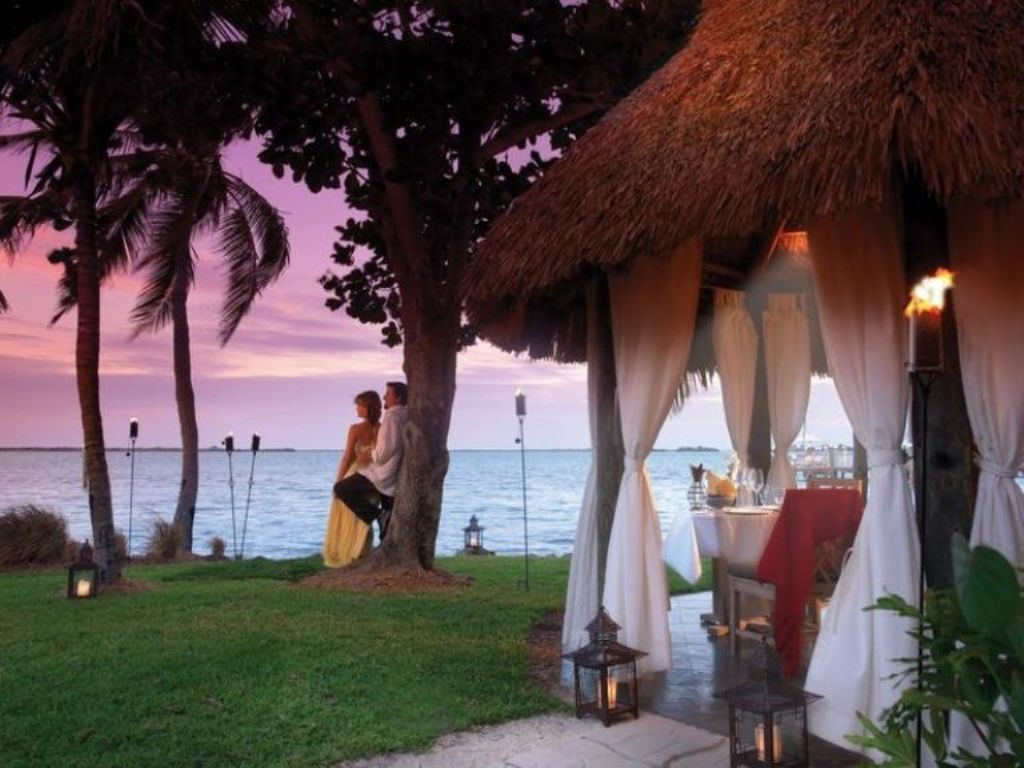 Go for a candle light dinner at a romantic place (3)